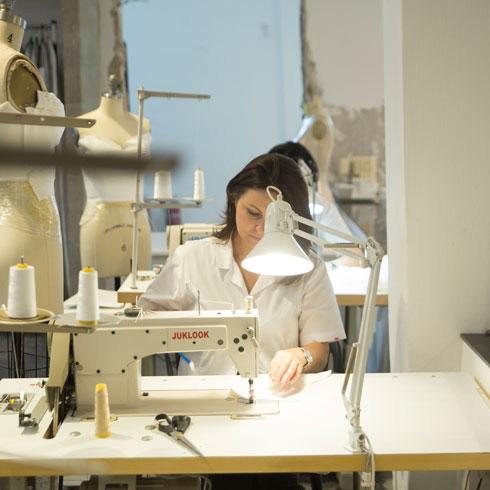 הסטודיו החדש הוא עבור ליבנה התגשמות של חלום ילדות: עבודה לצד תופרות מיומנות, שמקפידות על כל תפר וכפל (צילום: רותם לבל)