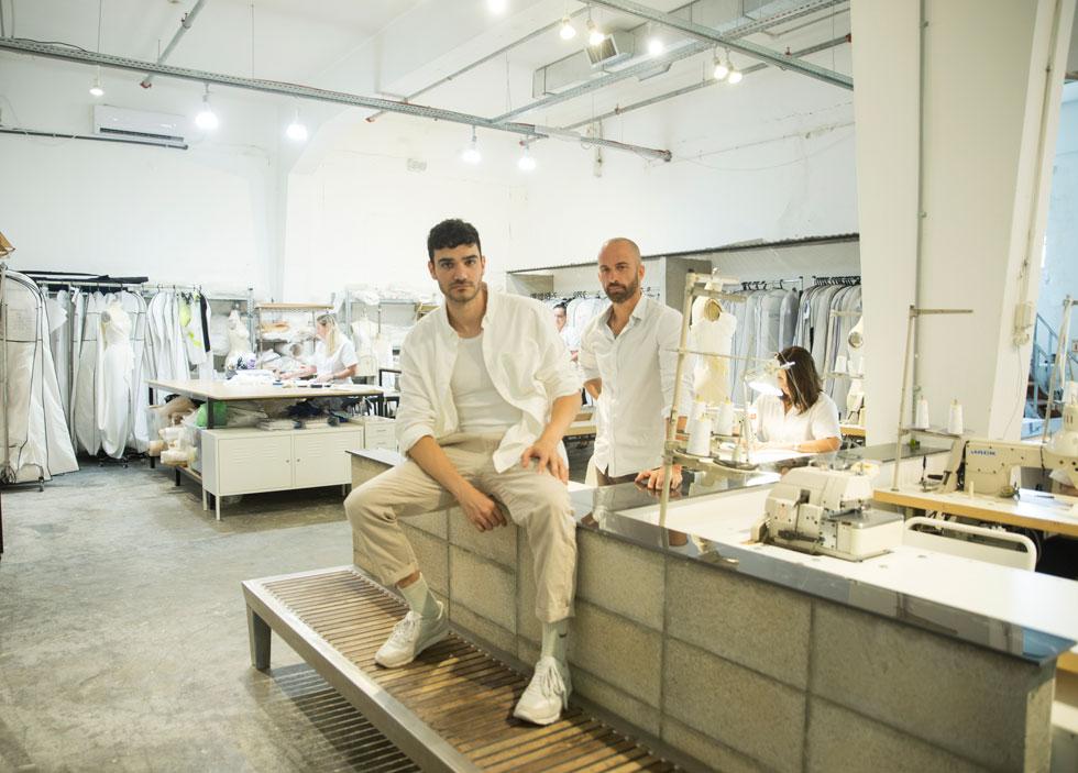 איילון (מימין) וליבנה. השולחן שלו סמוך לאלה של התופרות, שאותן יכולות גם הלקוחות לראות. גרסת ה''מטבח הפתוח'' של עולם האופנה (צילום: רותם לבל)