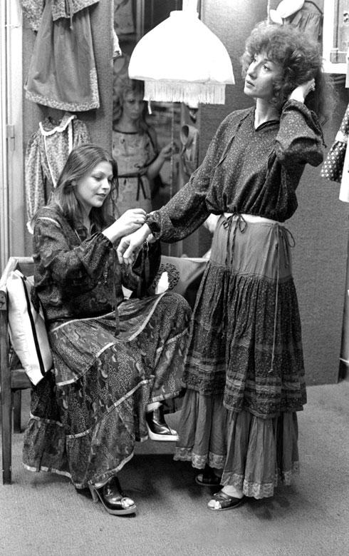 מדידות בבוטיק ברחוב דיזנגוף בשנות ה-70 (צילום: יעל רוזן)