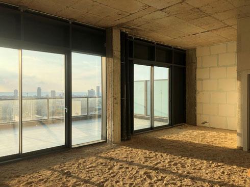 כך נקנתה הדירה: מעטפת של קירות בטון ורצפת חול (צילום: גילי אונגר)