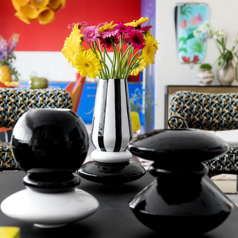 סט כלים עוצב לדירה הזו בשיתוף פעולה עם המעצבת הקרמית נועה ראזר. כל אגרטל מורכב מ-3 יחידות שהרכבן ופירוקן יוצרים שלל וריאציות (צילום: שירן כרמל)