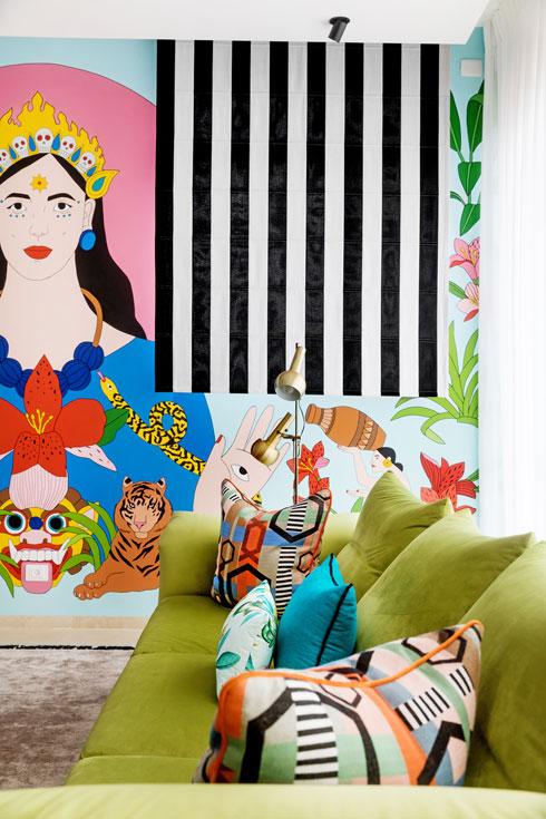 לציור הקיר בעל הדירה עדיין מתרגל (צילום: שירן כרמל)