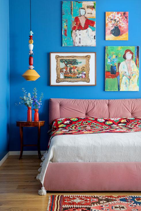 כיסוי בד עם רקמה בוכרית על מיטה מרופדת בוורוד עתיק (צילום: שירן כרמל)