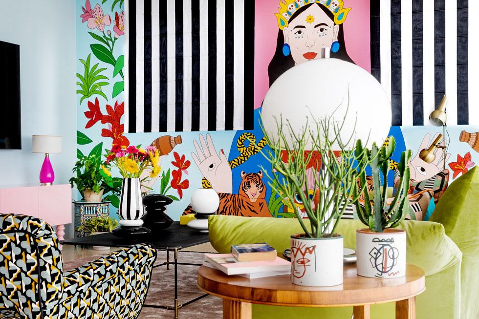וילונות רומאיים בשחור-לבן משתלבים בציור הקיר, שעליו שקדה אלין מור במשך חודש וחצי, יום-יום. הם מסתירים שני חלונות כעורים (צילום: שירן כרמל)