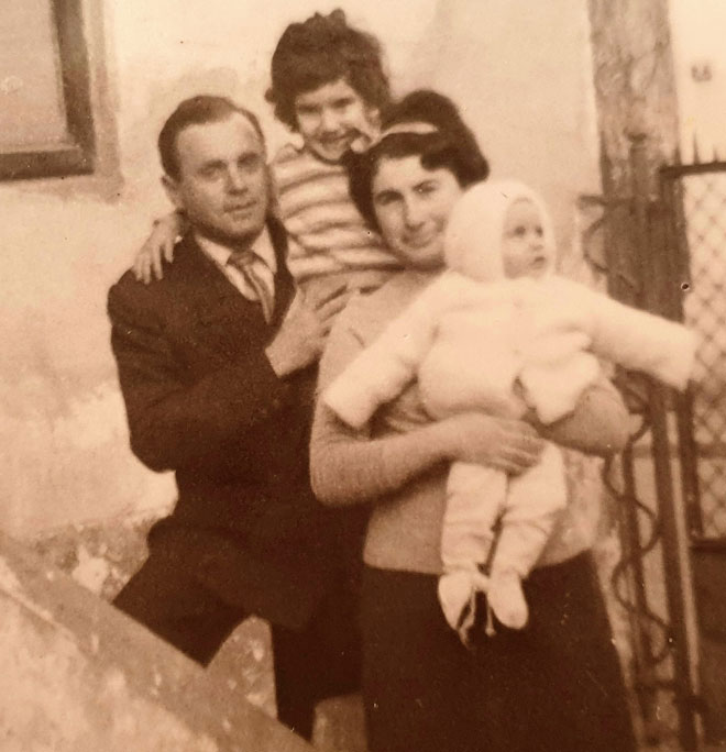 """עם ההורים והאחות הקטנה ברומניה. """"כבר אז היה בי צורך לעטוף ולטפל"""" (צילום: אלבום פרטי)"""