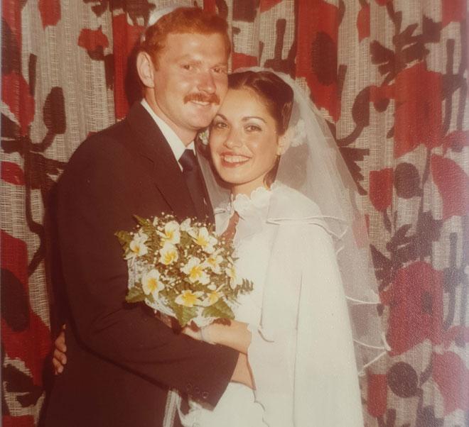 """בחתונה עם אריק. """"הכרנו כשהייתי בי""""ב, ומאז אנחנו יחד"""" (צילום: אלבום פרטי)"""