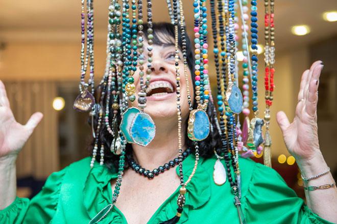"""עם תכשיטים שעיצבה. """"החלטתי ליישם את מה שלמדתי"""" (צילום: עידית ניסנבאום)"""
