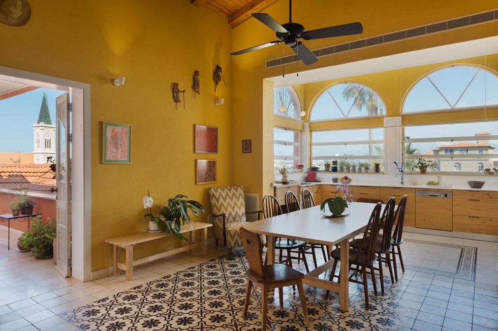 בבית יפואי ששופץ הוחלט על סקלת צבעים חמימה: המטבח והסלון נצבעו בצהוב חלמוני. תכנון ועיצוב: אודי גרדי. לחצו לכתבה (צילום: אסף פינצ'וק)