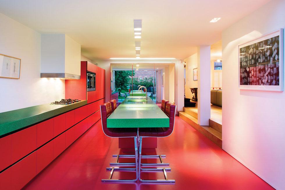בביתו של מסעדן לונדוני, כל חדר הוגדר באמצעות משטחים גדולים של צבע. למשל, אדום לוהט למטבח. עיצוב: אנדי מרטין. לחצו לכתבה (צילום: Nick Rochowski)