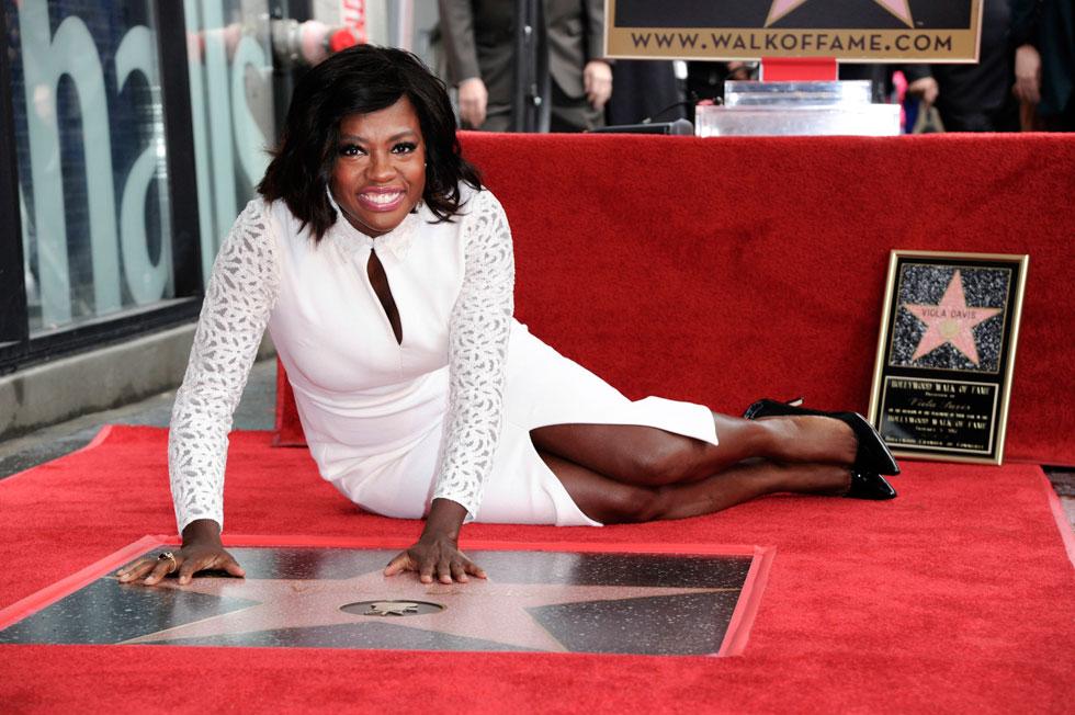 אלגנטית גם כשהיא יושבת לצד הכוכב על שמה בשדרת הכוכבים של הוליווד (צילום: AP)