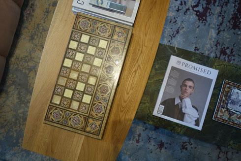 על שולחן הסלון גיליון של as promissed, שאריסון שותפה להוצאתו לאור (צילום: מיכאל יעקובסון)