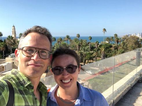 קאסי אריסון והאדריכל ערן בינדרמן במרפסת דירתה (צילום: צילום עצמי)