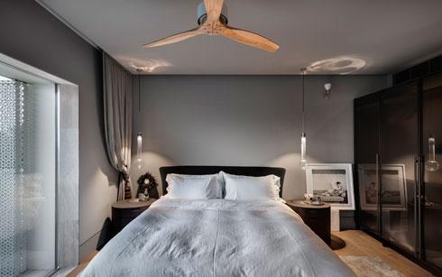 לצד המיטה, אודרי הפבורן מישירה מבט (צילום: עודד סמדר)