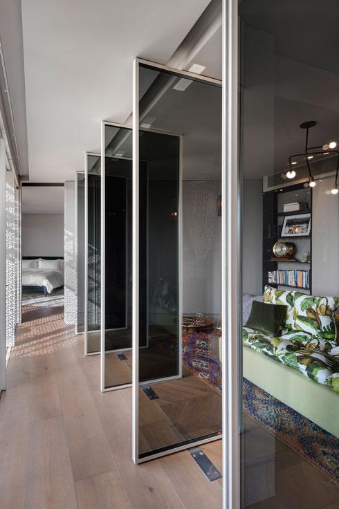 פתרון יצירתי למעבר בין שני חלקיה של הדירה (צילום: עודד סמדר)
