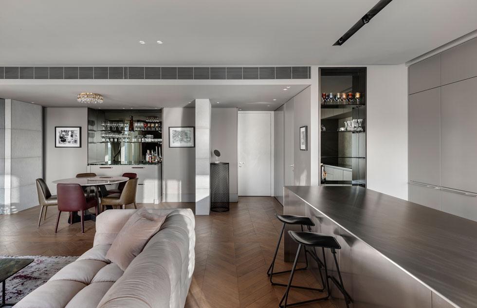 מבט אל הכניסה. מימין המטבח, משמאל פינת האוכל והבר (צילום: עודד סמדר)