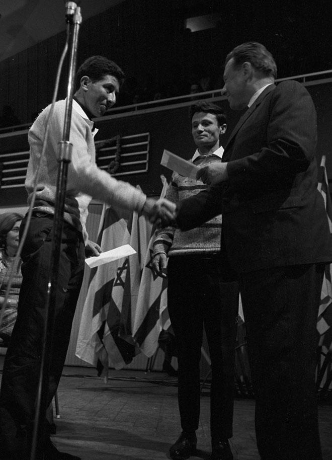 """פסטיבל הזמר 1965: יורם טהרלב (במרכז) ונחום היימן (משמאל) מקבלים פרס מראש עיריית ירושלים, טדי קולק, על שירם """"הגביע"""" (צילום: דוד רובינגר)"""