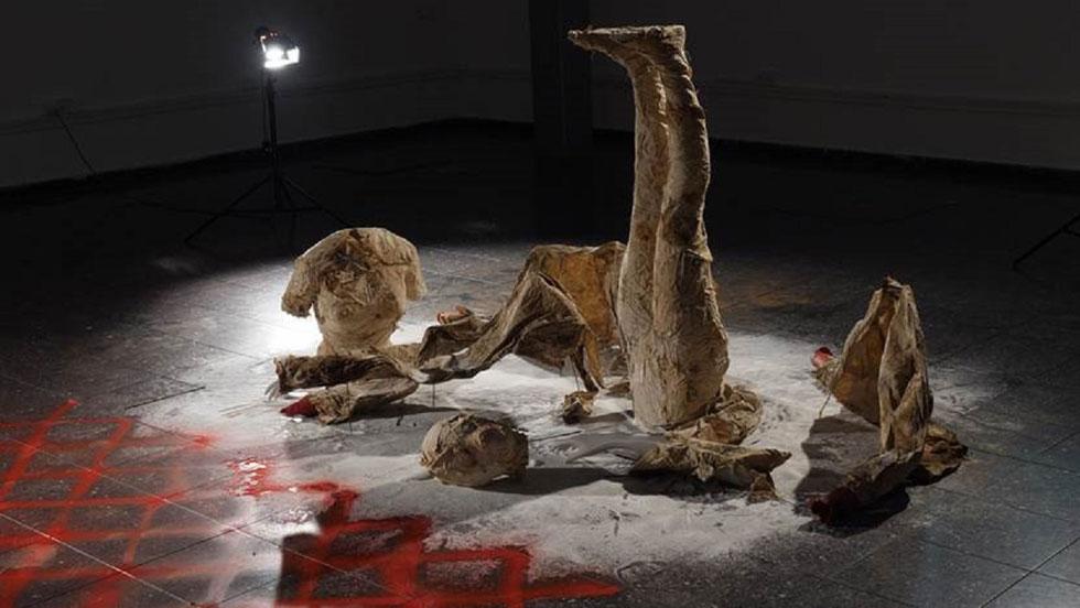 בצלאל: Eternal Skin Article של רנין חטיב הוא פרויקט קונספטואלי ואמנותי. תחת השאלה Who's Next המופנית לסוגיית אלימות כלפי נשים בחברה הישראלית, והערבית בפרט, יצרה חטיב חלקי גוף ופריטי לבוש שנקברו באדמה במשך חמישה חודשים (מהלך שנעשה בעבר על ידי חוסיין שאלאיין). התוצאה מטלטלת (צילום: רנין חטיב)