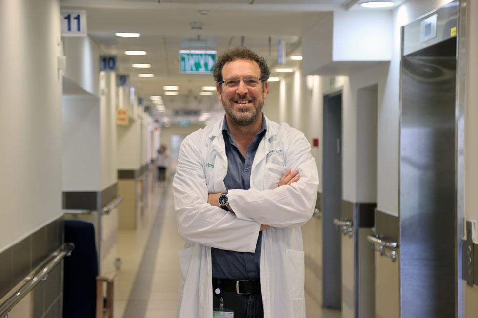"""ד""""ר יצחק אנגל בבית החולים מאיר. """"לפעמים יותר בטוח להיות דווקא בבית חולים. אסור לוותר על טיפולים"""" (צילום: יריב כץ)"""