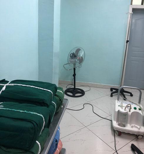 חדר הניתוח באתיופיה. אין מזגן, אז משתמשים במאוורר (צילום: אלבום פרטי)