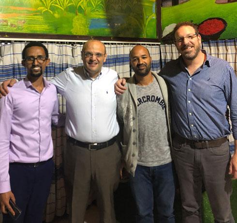 """ד""""ר אנגל (מימין) עם ד""""ר איברהים (שני משמאל) ושני רופאים מקומיים. """"היו לי חששות"""" (צילום: אלבום פרטי)"""