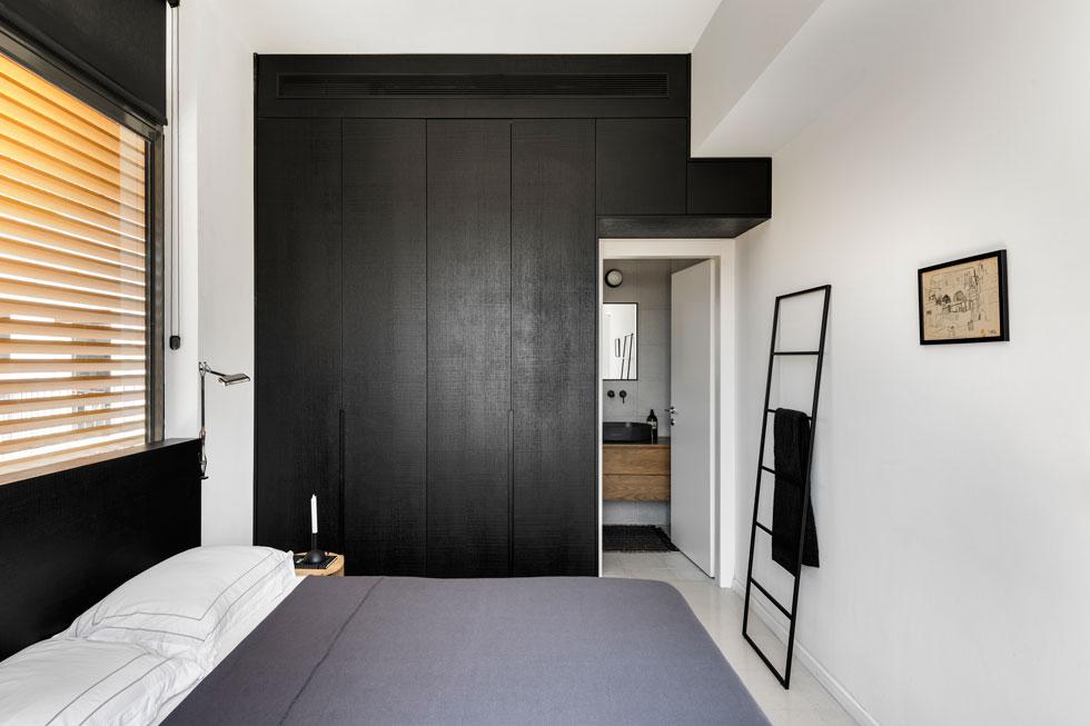 כל חדרי השינה קטנים, אך נהנים משפע של אור ואוויר בזכות מעטפת הזכוכית (צילום: עודד סמדר)
