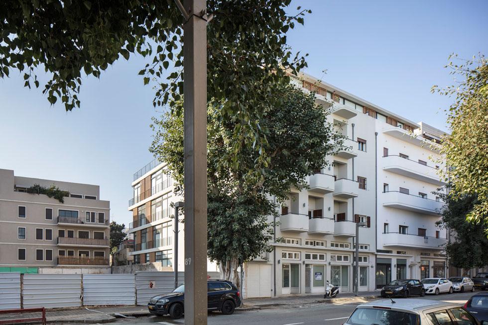 מתוך 33 הדירות בבניין, רק 4 מאוכלסות בדיירי קבע שהם גם הרוכשים. כל היתר נקנו בידי תושבי חוץ הבאים לביקורים, או מושכרות, כהשקעה (צילום: עמית גרון)