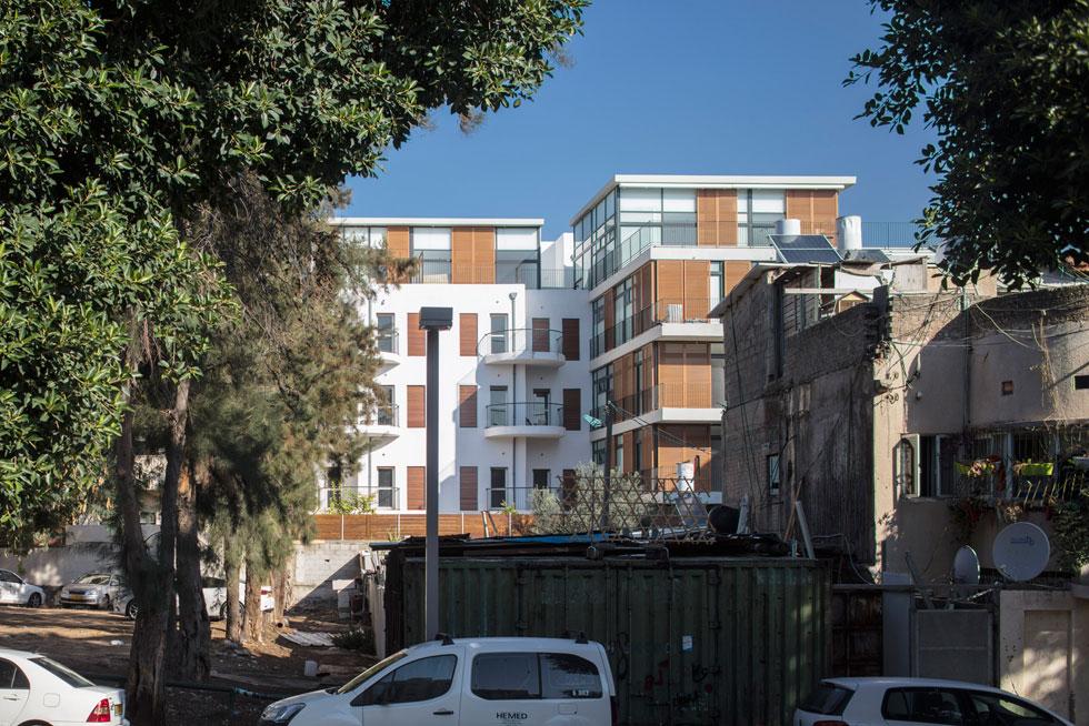 בניגוד לחזית, התוספת החדשה, הבולטת לאחור, עוצבה בסגנון אדריכלי עכשווי. תכנון: יניב פרדו אדריכלים (צילום: עמית גרון)