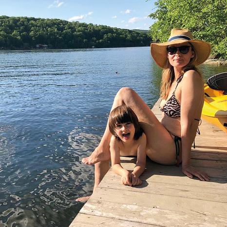 אני לא אגיד שאני חרא אבא. האשה סטפני והבן שון באגם בקונטיקט