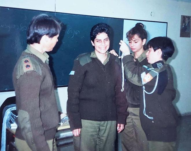 """בצבא, מקבלת שרוך הדרכה כמורה חיילת. """"התרגלתי להיות עצמאית"""" (צילום: אלבום פרטי)"""