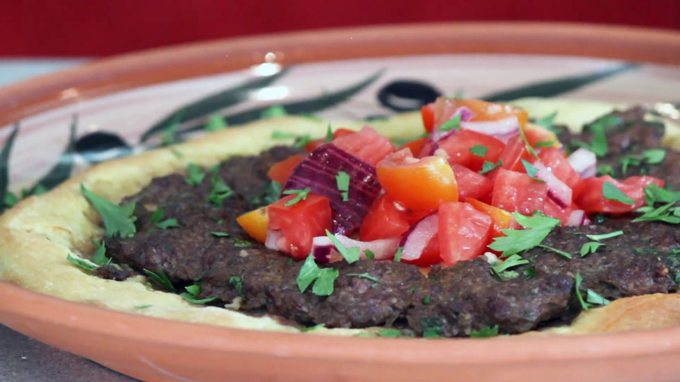 ובליבה סלט: פוקצ'יה בתוספת בשר מתובל עם עגבניות ובצל חריפים במרכזה (צילום: אורה קורן)