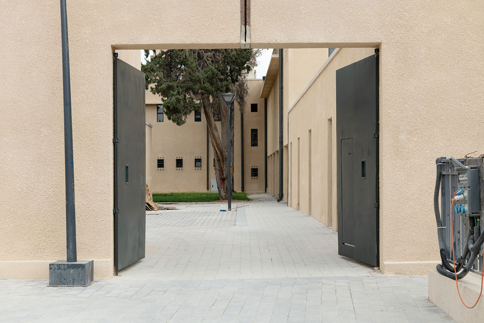 לכל אחד משני אגפי המצודה יש חצר פנימית. השערים איפשרו יציאה מהירה של מכוניות וסוסים (צילום: גדעון לוין)
