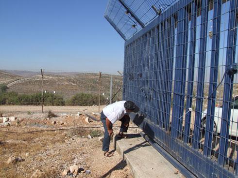 שלום יעקב בוחן שער שבנה והתקין בשומרון (צילום: איתי יעקב)