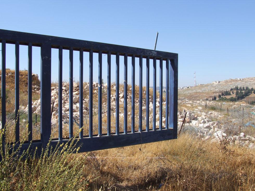 כ-150 שערים להתנחלויות בנה האב, בן 81. ''התנחלויות, לעומת כפרים ערביים, מזהים לפי השער בכניסה'', אומר הבן. ''זה אובייקט עיצובי לכל דבר'' (צילום: איתי יעקב)