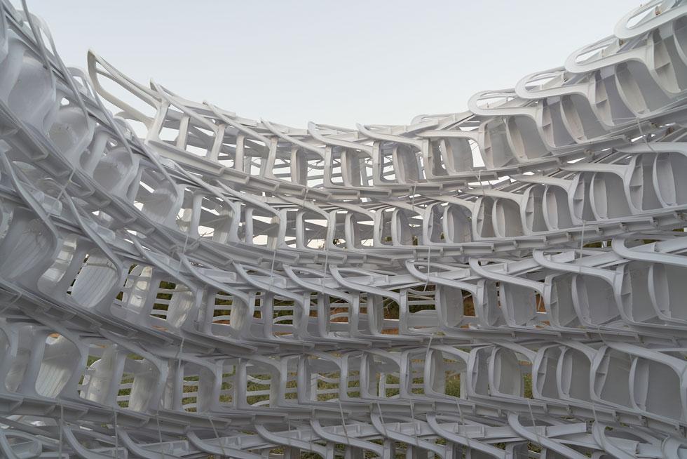 300 כיסאות מונובלוק לבנים של כתר פלסטיק בשרשרת אחת. מתוך פרויקט הגמר של אורי שיפרין בשנקר (צילום: מיכאל שבדרון)