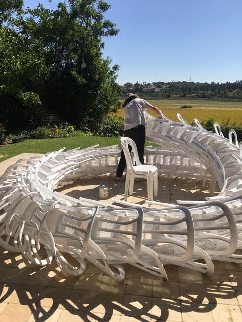 מפתל את הכיסאות בשדה (צילום: מיכאל שבדרון)
