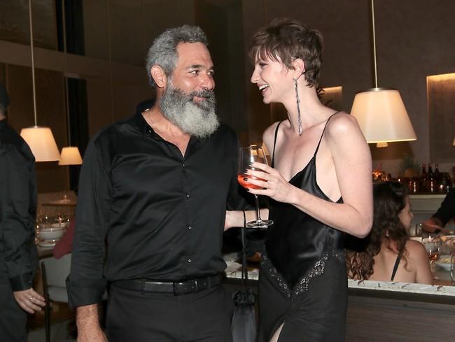 מזכיר ימים ללא ריחוק חברתי. אנסטסיה פיין ומוריס כהן (צילום: ענת מוסברג)