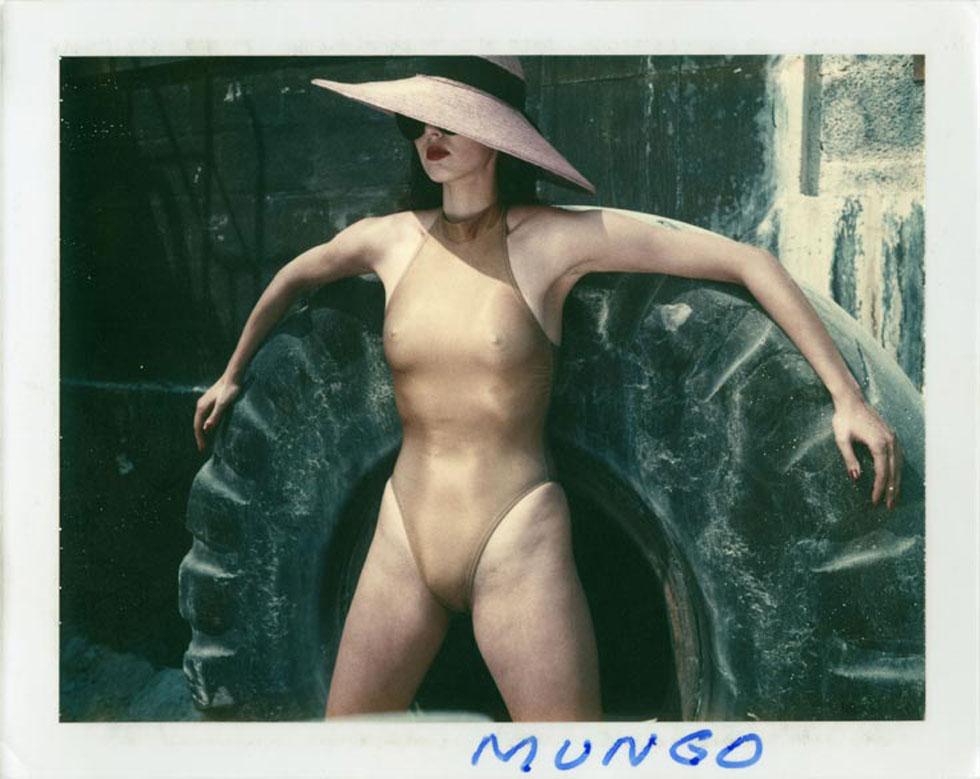"""""""הלמוט הראה לנו נשים חזקות בתנוחות פרובוקטיביות, ותעשיות האופנה והמגזינים קיבלו אותו בזרועות פתוחות"""". מתוך ספר הפולארוידים של הצלם, 1985 (צילום: Helmut Newton Paris Match Monte Carlo 1985 Polaroid copyright Helmut Newton Estate)"""