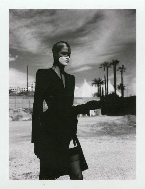 """""""הסרט בהחלט מעורר את השאלה: האם יש משהו רע בכלל במבט כזה של גברים על נשים ואיך הוא מראה אותן, או שזה פשוט יפה איך ההערצה והאהבה של ניוטון לנשים באה לידי ביטוי בתמונות שלו"""". ניוטון לטיירי מוגלר, 1998 (צילום: Helmut Newton Thierry Mugler Monte Carlo 1998 Polaroid copyright Helmut Newton Estate)"""