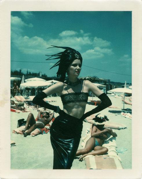 """""""הלמוט העריץ את הטכניקה של לני ריפנשטאל. הוא נהג לכנות אותה 'גאון עקוב מדם'"""" (צילום: Helmut Newton stern St. Tropez 1978 Polaroid copyright Helmut Newton Estate)"""