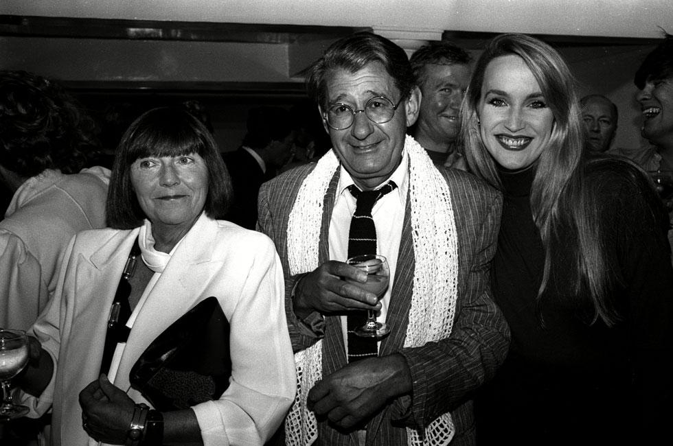 """""""הוא לא רצה להשתייך לשום דבר, רק לעצמו ולאשתו האהובה ג'ון. אבל כמציצן, הוא אהב להביט מאחורי הקלעים בכל מקום"""". ניוטון עם אשתו וג'רי הול, 1984 (צילום: rex/asap creative)"""