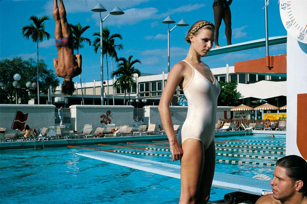"""""""הלמוט חולל מהפכה בצילום האופנה"""". תצלום של ניוטון לארנה במיאמי, 1978 (צילום: Courtesy Helmut Newton Foundation)"""