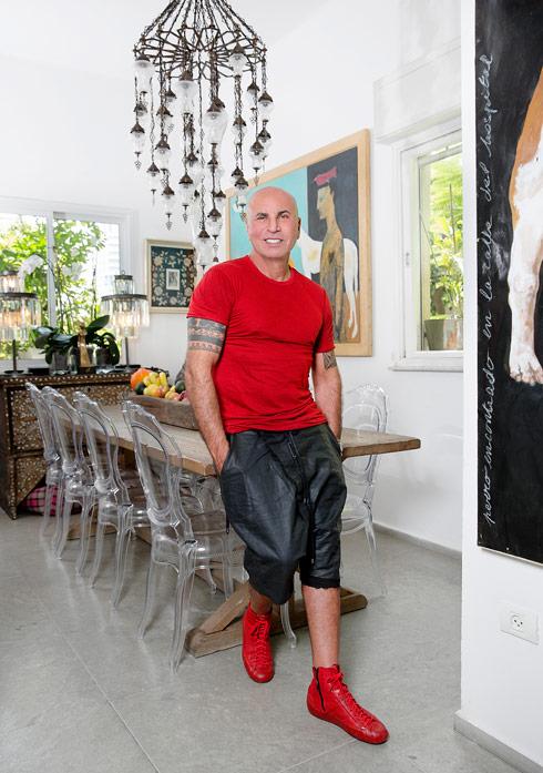 הוא עבר לגרמניה לפני 35 שנה, אך כשאיבד את ראייתו החליט לחזור לשמש בישראל ולהמשיך לתפעל מכאן את בית האופנה שלו בברלין. איך עיצב את דירתו הססגונית? לחצו על התמונה לכתבה המלאה (צילום: ענבל מרמרי)