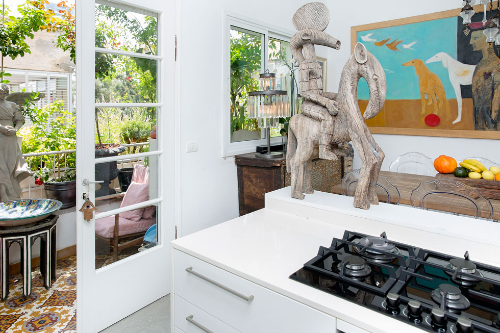 מבט מהמטבח אל היציאה למרפסת (צילום: ענבל מרמרי)