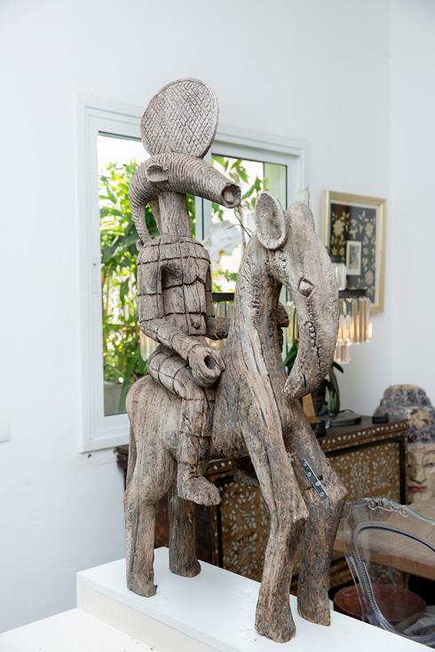 """""""יש לי דירה נוספת בברלין שמעוצבת אחרת לגמרי: יותר מודרנית ופומפוזית. בשתיהן עבודות אמנות הן חלק בלתי נפרד"""" (צילום: ענבל מרמרי)"""