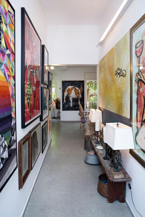 """""""עיצבתי את הדירה לבדי. זה חלק ממני, מהאמנות שלי"""" (צילום: ענבל מרמרי)"""