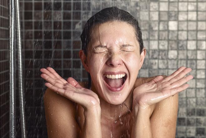 המים הקרים שולחים אלקטרוליטים למוח והדבר משפיע מיידית על מצב העירנות והאנרגיה של הגוף (צילום: Shutterstock)