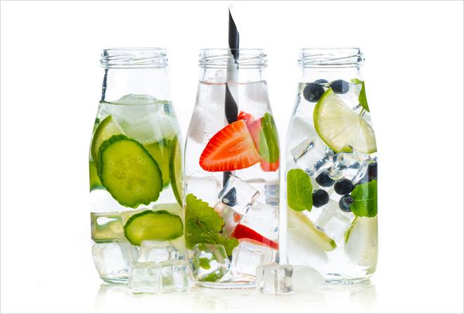 להשקיע בבקבוק מים טוב ולא לשכוח למלא אותו ולגוון עם חתיכות פרי בפנים בשביל הטעם (צילום: Shutterstock)