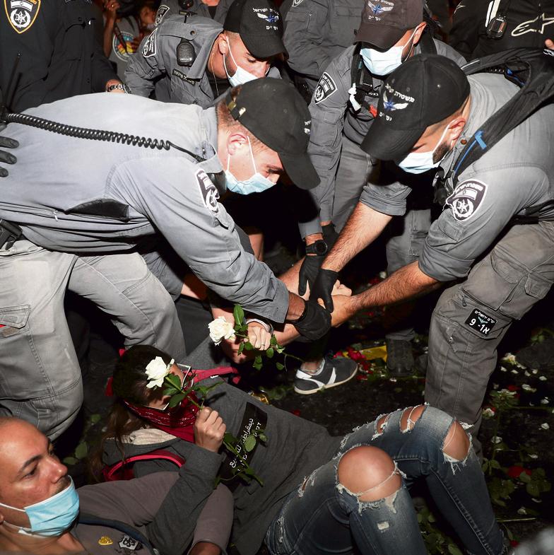 """""""יש פה לחצים שאפילו אם עשרה אחוזים מהם מחלחלים למשטרה זה נזק בל ישוער"""". ההפגנות בבלפור   צילום: רויטרס"""