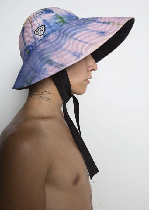 """""""פריט המפתח שמלווה את העשייה שלי כבר תקופה ארוכה הוא כובע מדגם סוליסטה, שזה בעצם כובע דייגים שניתן לחבוש בארבע דרכים שונות, קצת מזכיר את הכובע של הדב פדינגטון"""". עיצוב של ענר שבח (צילום: דוד חברוני)"""