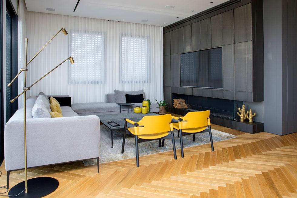 """""""התאורה בדירה חמימה, ויש גם תאורה טבעית שנכנסת לבית"""". פינת הישיבה בסלון (צילום: ענבל מרמרי)"""